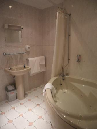 Ascot Hotel: Family Bathroom with Jacuzzi Bath