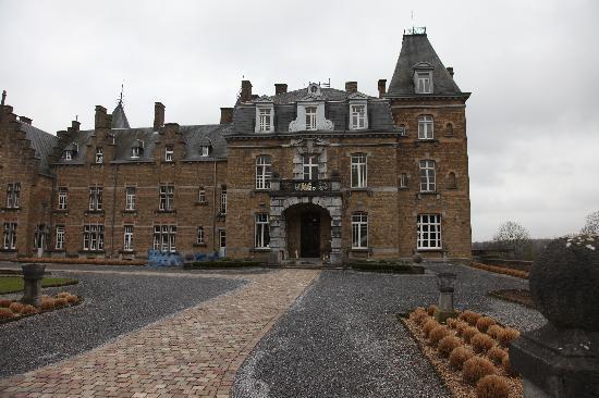 Chateau de la Poste: the front of the hotel