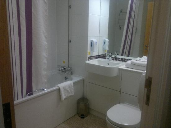 Premier Inn London Rainham Hotel: clean bathroom, well fitted.