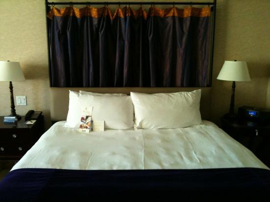 Harrah's New Orleans: King-Size Bed