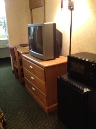 Days Inn Columbus Fairgrounds: TV-Fridge-Microwave