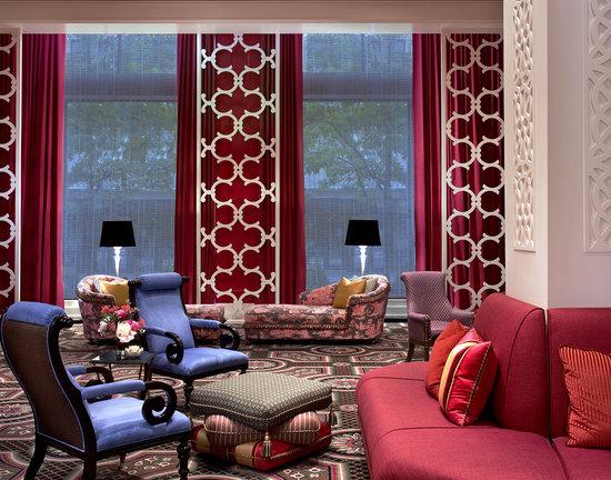 โรงแรมโมนาโก พอร์ทแลนด์-อะคิมป์ตัน โฮเต็ล: Hotel Monaco lobby is artfully designed