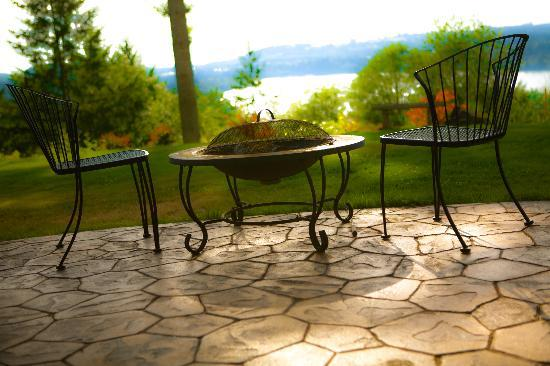 Adytum Sanctuary: The Orion Suite's Private Courtyard with BBQ, Firepit and Stunning Lake Mayfield Views