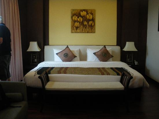 Salana Boutique Hotel: Our massive bed in the suite
