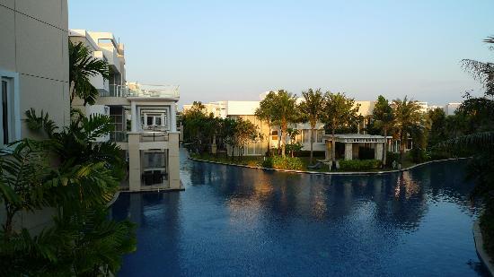 Sunvillas Hua Hin Blue Lagoon: View over the swimming pool