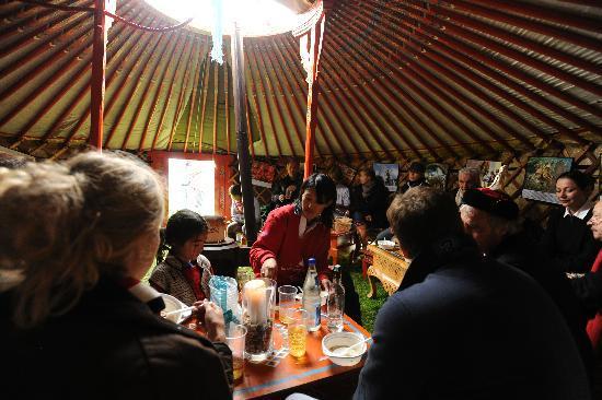Schlossgut Schonwalde: In der Guts-Jurte mit mongolischen Freunden
