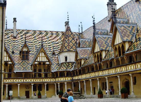 Hotel au Grand Saint Jean : Fabulous tiled roof of Hotel Dieu, Beaune