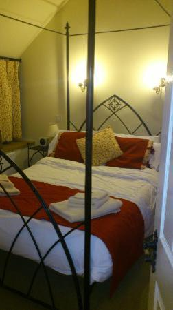 Church Farm Country Cottages: Comfy bed