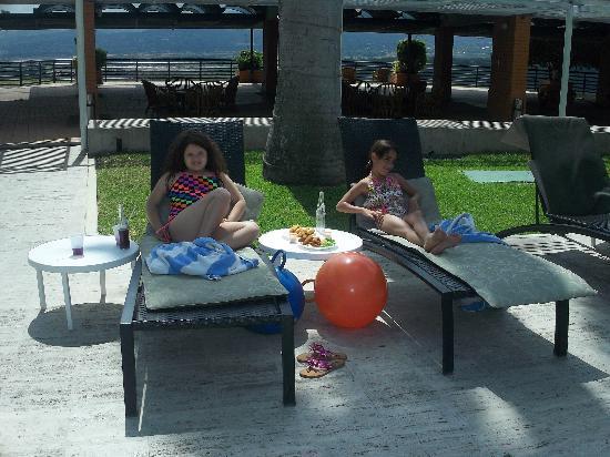 Hotel Jirahara: mi hija y sobrina alrededor de la piscina