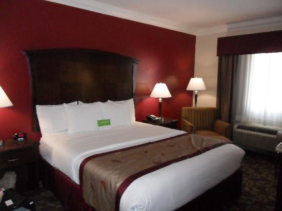 La Quinta Inn & Suites Moreno Valley: Very comfy king bed