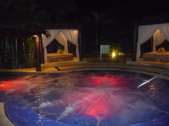 Marival Residences Luxury Resort Nuevo Vallarta: Hot tub at night