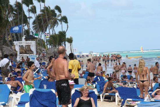 Grand Bahia Principe Bavaro: Playa llena de gente (2600 habitaciones)