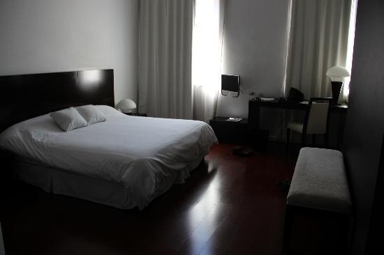 Moreno Hotel Buenos Aires: our extra extra large bedroom