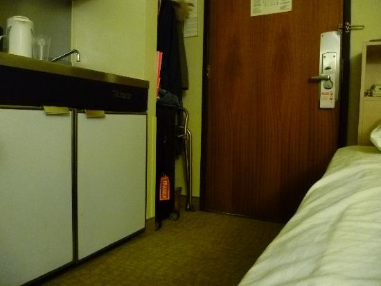 Kawada Hotel: ドアがベットにスれるくらい狭い入口
