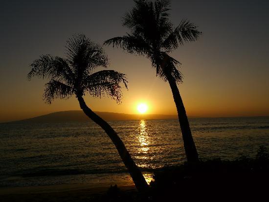 Hyatt Regency Maui Resort and Spa: Stunning sunset views on our stroll toward Whaler's
