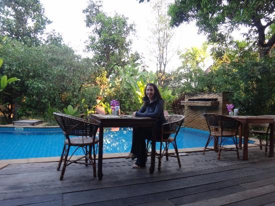Baan Orapin Bed and Breakfast : Breakfast by the pool