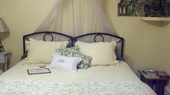 Franklin Inn on Durkee: Romantic Bedroom - French Theme