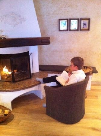 Hotel Kohlmayr Royal: Fireplace in bar - various places to sit. you can see chess/checkers table by boy.