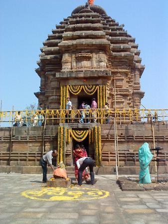 Bhubaneswar, India: Bhaskareswar - large  Shivalinga can  be  seen  from  upper  entrance
