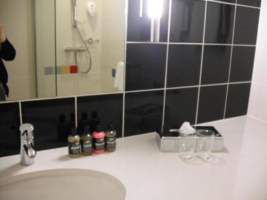 Park Inn by Radisson Manchester, City Centre: The bathroom (my toiletries!)