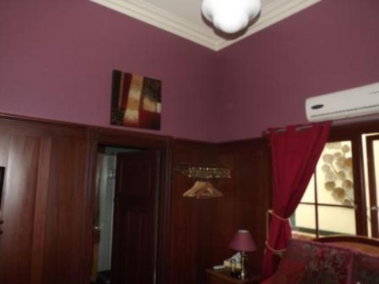 Bridgefield Guest House: Inside the Merlot Room