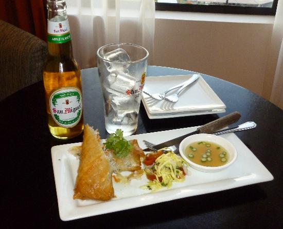 Hotel Tropika Davao: Bangus springroll and Apple San Miguel from the restaurant, Asaya.