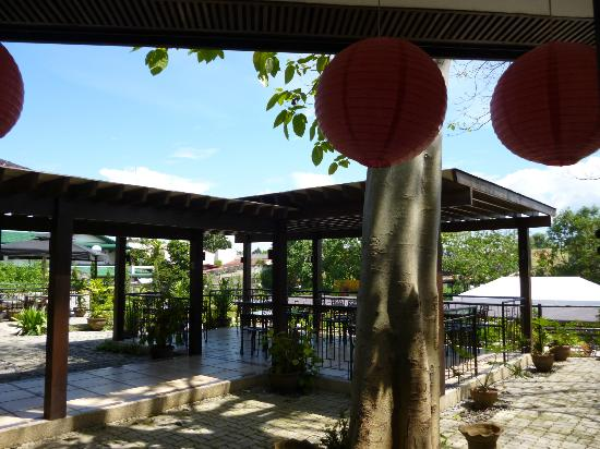 Hotel Tropika Davao: Patio area..