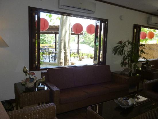 โรงแรมทร็อพิก้า: View from lobby, with detail outside via window.
