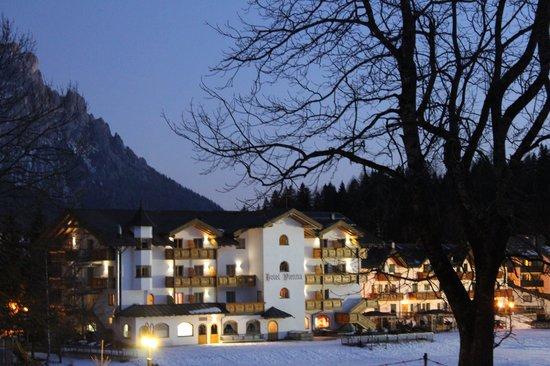 Hotel Vienna: Vista in notturna dell'albergo dal campetto scuola a due passi