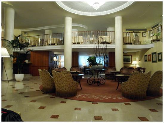 Hotel Cavour: ロビー、2階で朝食をいただきます。