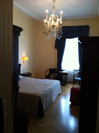 Hotel Ambassador: chambre donnant sur la petite place