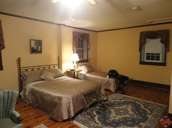 Rosendale Inn Bed and Breakfast: Andrew Jackson suite bed view