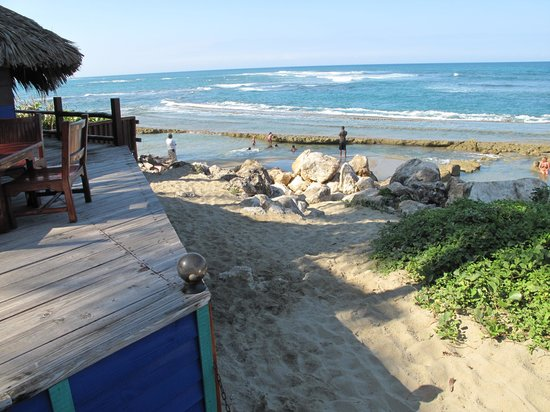 Otra Cosa: Outside view seating area to the beach