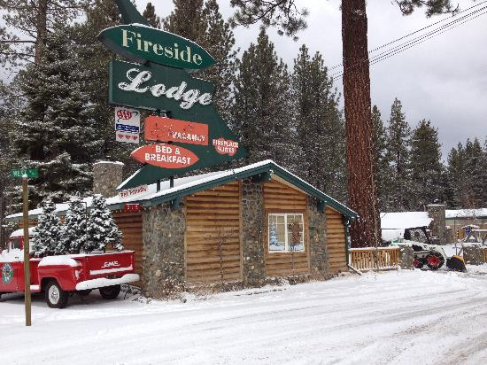 Fireside Lodge Bed and Breakfast: Motel from the Road