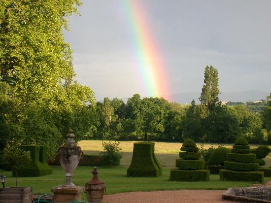 Chateau de Longsard : Rainbow over the topiary