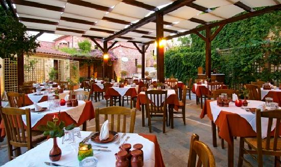 Spilia Village Hotel: Taverna outside