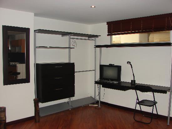 Apartamentos Alhambra: Budget full furnished studios / Apartaestudios económicos y completamente equipados