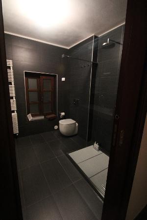 Casa di Maio: Spacious and modern bathroom