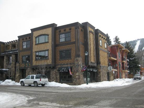 White Buffalo Club - Hotel: Hotel front (left) with view of Snow King slopes (right)
