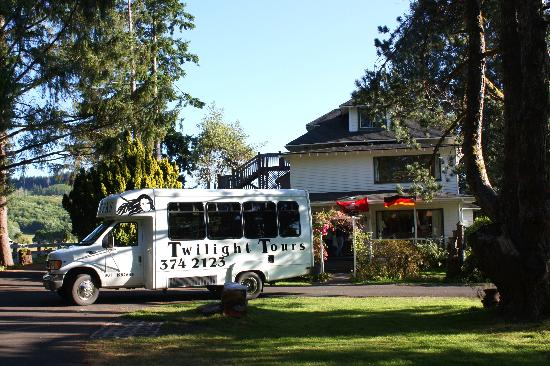 Twilight Tours by Team Forks: Tourbus at the Cullen House & Tourbus at the Cullen House - Picture of Twilight Tours by Team ...