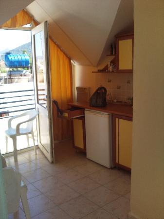 Seler Hotel: kitchenette and balcony