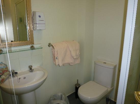 The Robin 2 Hotel: The Bathroom
