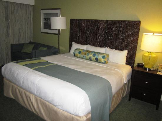 Sea Crest Beach Hotel: King Room Bedroom