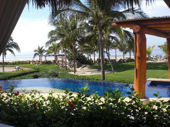 Las Palmas Beachfront Villas: View of grounds from dining room