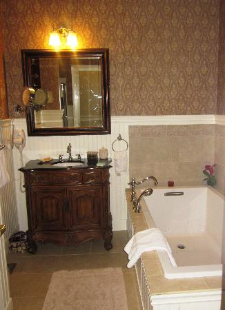 The Old Manse Inn: Bathroom in Vineyard Room