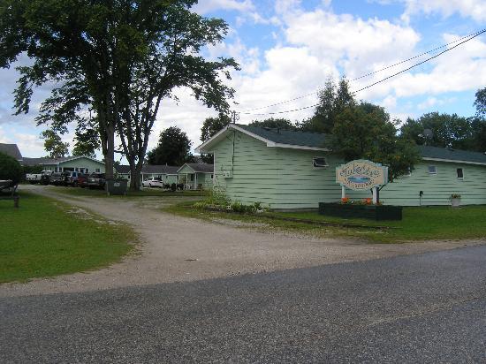 Lakeview Motel & Cottages: Back Entrance & Back of Motel