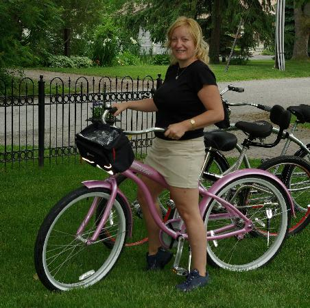 Butler Creek Hot Tubs and Suites Bed and Breakfast: Ready to Bike that famous Niagara Parkway groomed path.