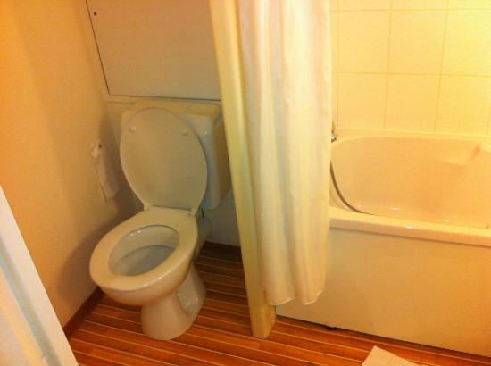 Ibis Tours Nord: WC dans la SDB