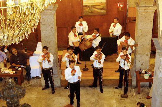 هوتل فرانسيس: Mariachi