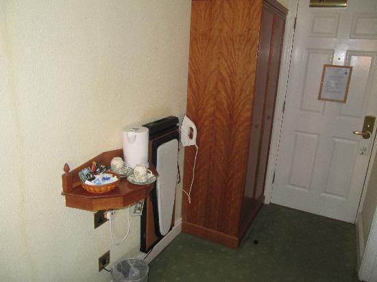 Harefield Manor Hotel: Tea and trouser press